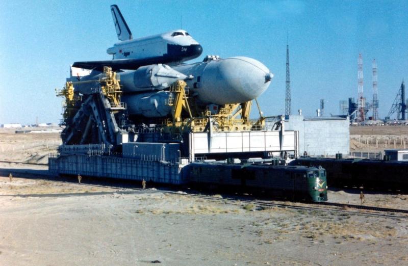 Вывоз на старт ракеты-носителя «Энергия» с орбитальным кораблём «Буран».