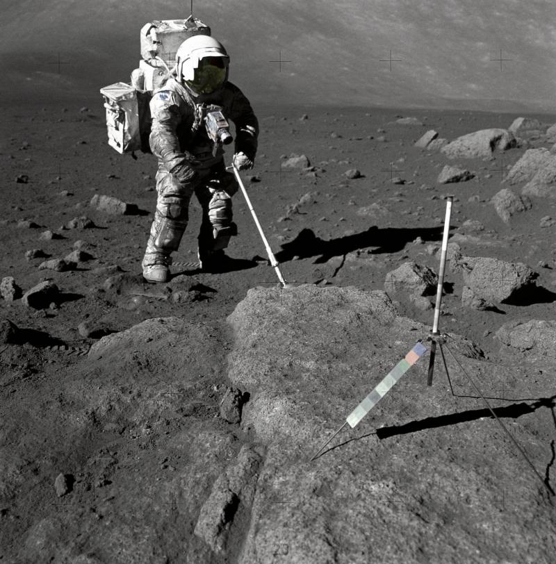 Астронавт-геолог Харрисон Шмитт отбирает образцы лунного грунта во время высадки Apollo-17. На переднем плане — гномон с калибровочной шкалой. Фото NASA.