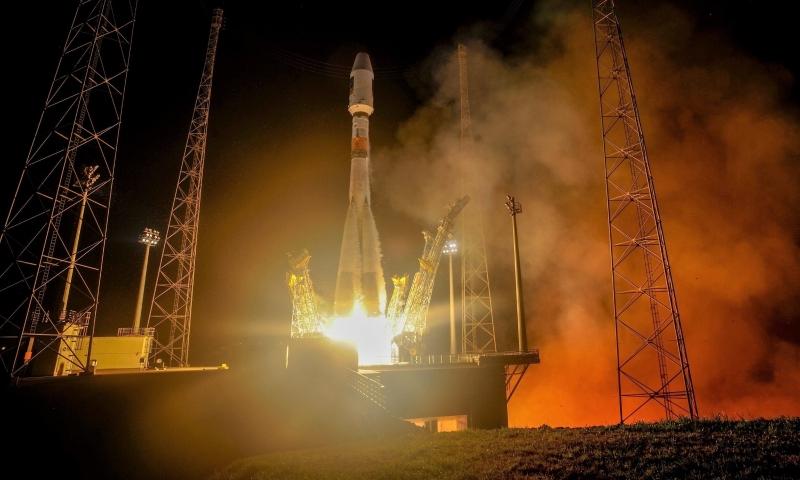 Ракета-носитель «Союз ST-B» с навигационными спутниками Galileo стартует из Европейского космического центра во Французской Гвиане. Фото Arianespace