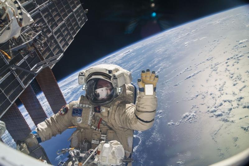 Космонавт Сергей Рязанский осуществляет выход в открытый космос (ВКД или EVA) с борта МКС. Фото NASA