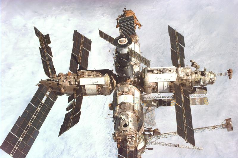 Станция «Мир» в собранном состоянии. Фото сделано с шаттла Endeavour в январе 1998 года.