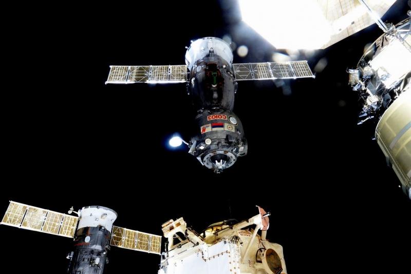 Космический корабль «Союз ТМА-17М» отчаливает от Международной космической станции. Фото: hsto.org