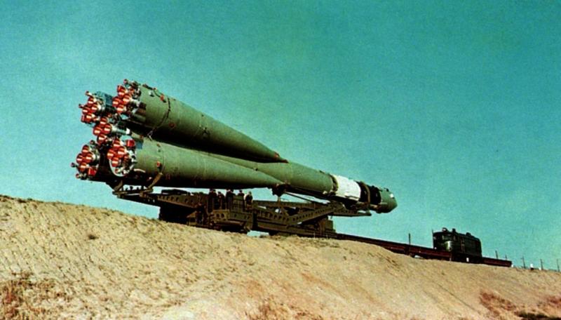 Вывоз на старт ракеты-носителя «Восход» с одноимённым космическим кораблём.