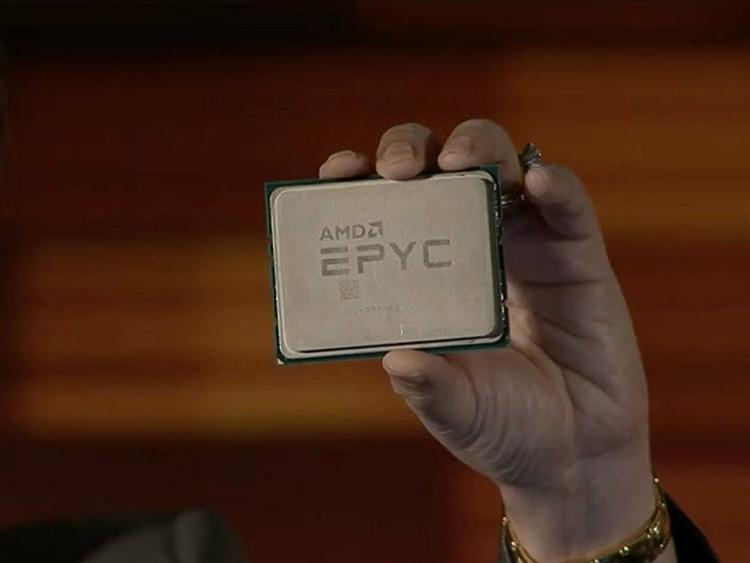 Процессор EPYC в руке главы AMD Лизы Су (Lisa Su)