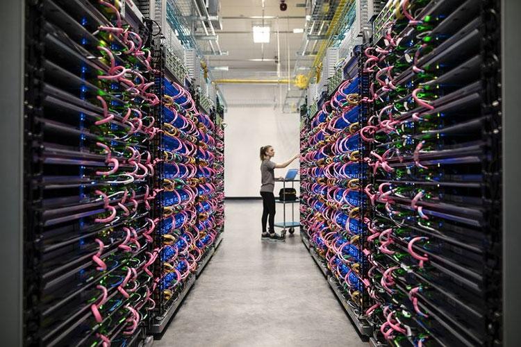 Серверные стойки с ускорителями Tensor Processing Unit, которые используются для тренировки ИИ-систем и осуществления ими расчётов в реальном времени