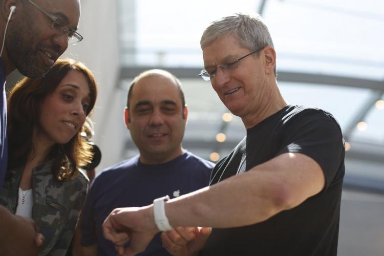 Тим Кук демонстрирует пользователям собственные Apple Watch в Apple Store