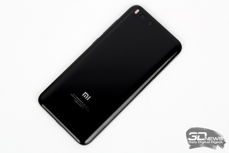 Xiaomi Mi6, задняя панель: в левом верхнем углу – два объектива камеры и двойная светодиодная вспышка