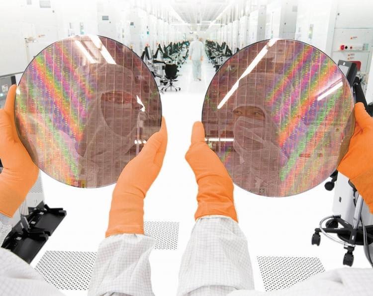 300-мм подложки, обработанные в производственном комплексе Fab 1 компании GlobalFoundries
