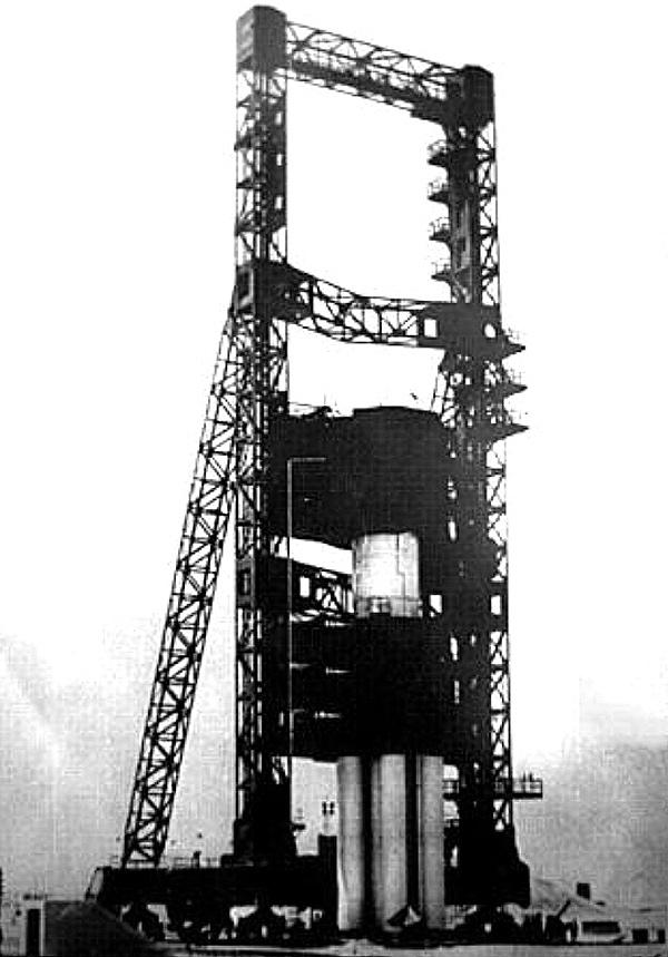 Ракета УР-500 у фермы обслуживания стартового комплекса (Байконур, площадка №81) (фото из архива ANT13, http://leninsk.ru)