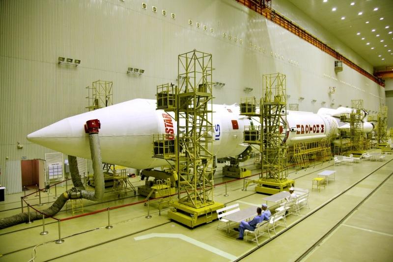 Собранная ракета-носитель «Протон-М», подготовленная для запуска спутника EchStar 21 в монтажно-испытательном корпусе космодрома Байконур. Фото ILS