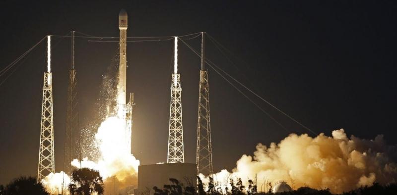 Появление компании SpaceX коренным образом изменило положение дел на рынке коммерческих запусков. На фото – Запуск спутника SES-8 ракетой-носителем Falocn-9 13 декабря 2013 года. Фото SpaceX
