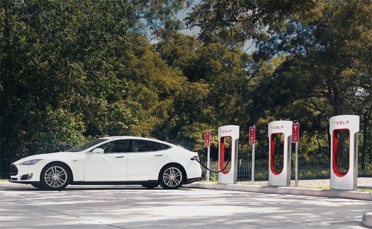 Tesla хочет перевести станции Supercharger на солнечные панели и аккумуляторы