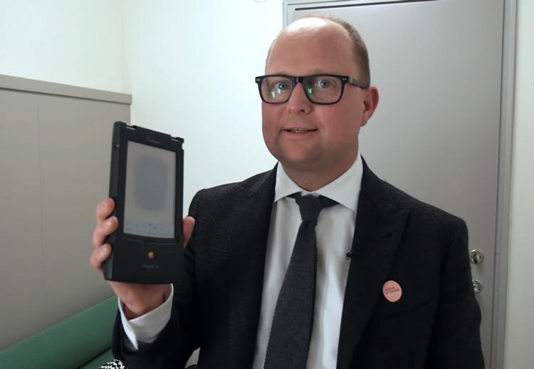 Создатель и куратор музея Самуэль Вест с Apple Newton в руках