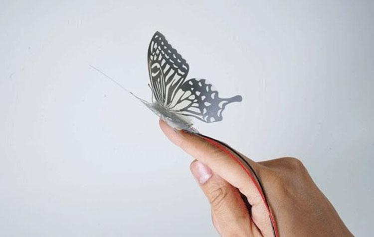 Лёгкий робот-бабочка с движущимися крыльями (JST)