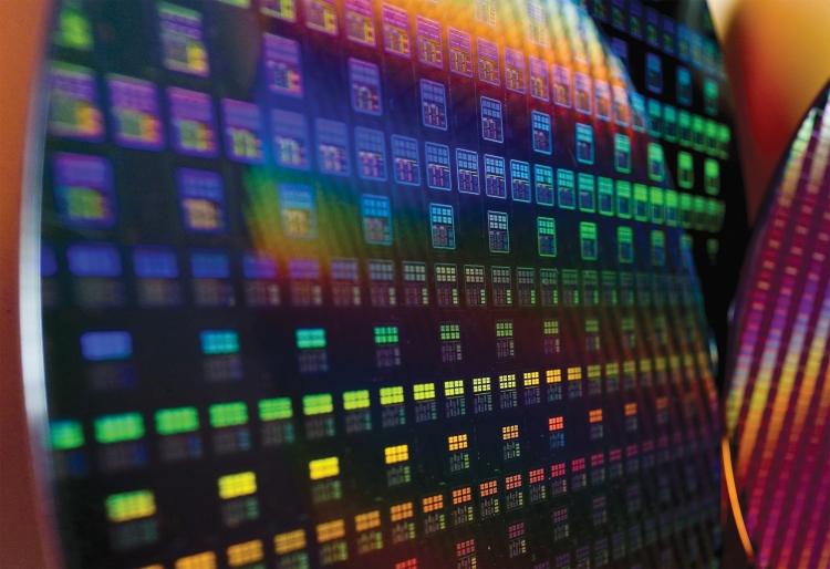 Подложка с микросхемами. Фото TSMC