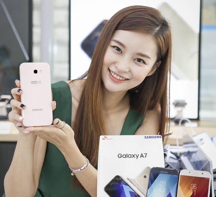 Смартфон Samsung Galaxy A7 (2017) с Bixby Home