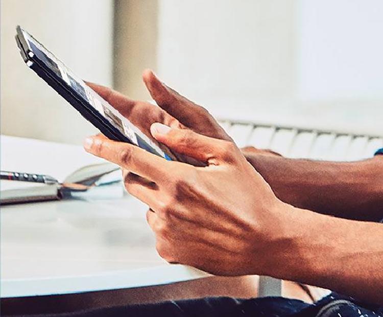 Безрамочный складной смартфон Surface Phone представила компания Microsoft