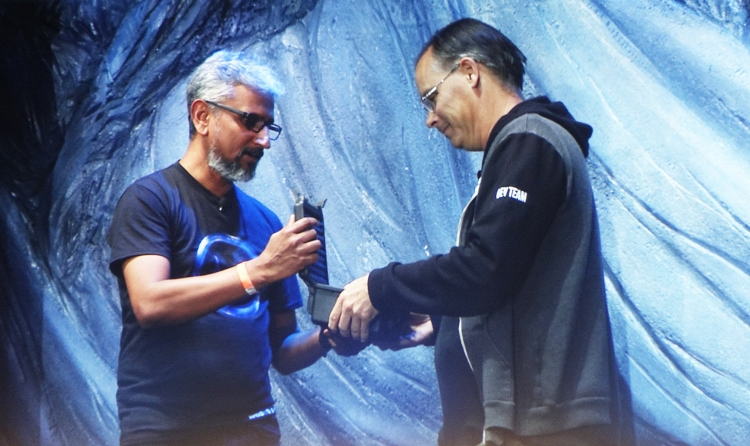 Раджа Кодури вручает рабочий образец Radeon RX Vega Nano Тиму Суини