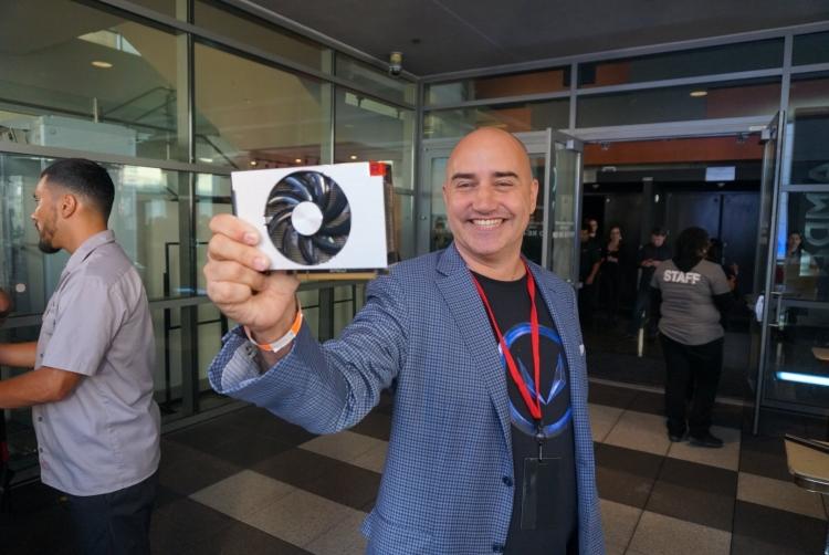 Крис Хук из AMD держит в руках образец Radeon RX Vega Nano