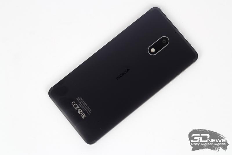 Nokia 6, тыльная панель: выступающий над корпусом блок камеры и двойной светодиодной вспышки, над которыми можно заметить дополнительный микрофон