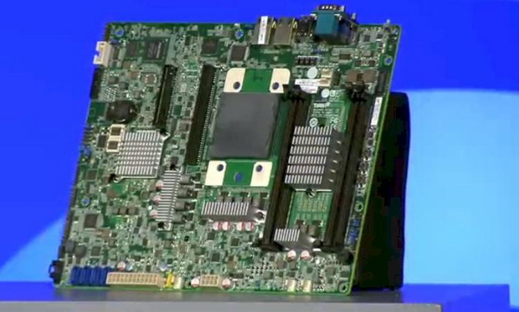 Плата TYAN. Хорошо виден мост-контроллер DDR3