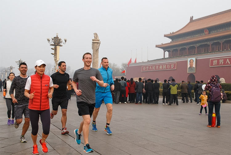 Марк Цукерберг в Пекине на площади Тяньаньмэнь