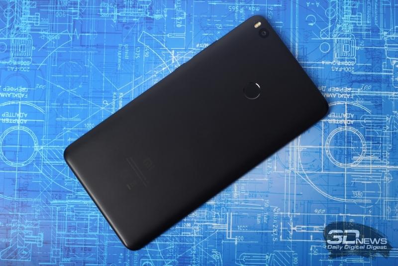 Xiaomi Mi Max 2, тыльная панель: в углу – окошко основной камеры и двойная светодиодная вспышка, по центру – сканер отпечатков пальцев