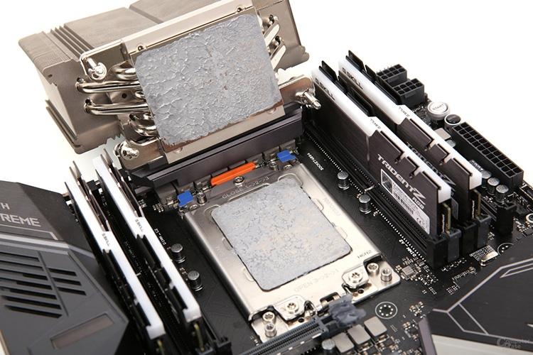 Основание каждого из кулеров (70 × 56 мм) полностью накрывает процессорную крышку