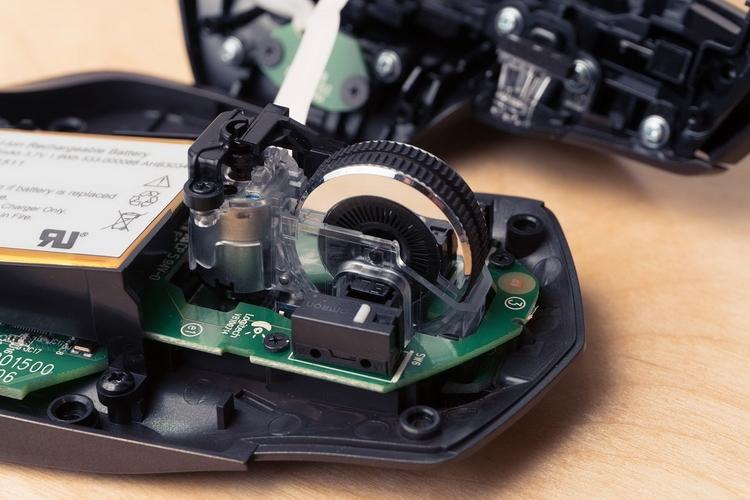 Logitech MX Master: хорошо видны спицы колеса. Рядом с переключателем часть оптопары
