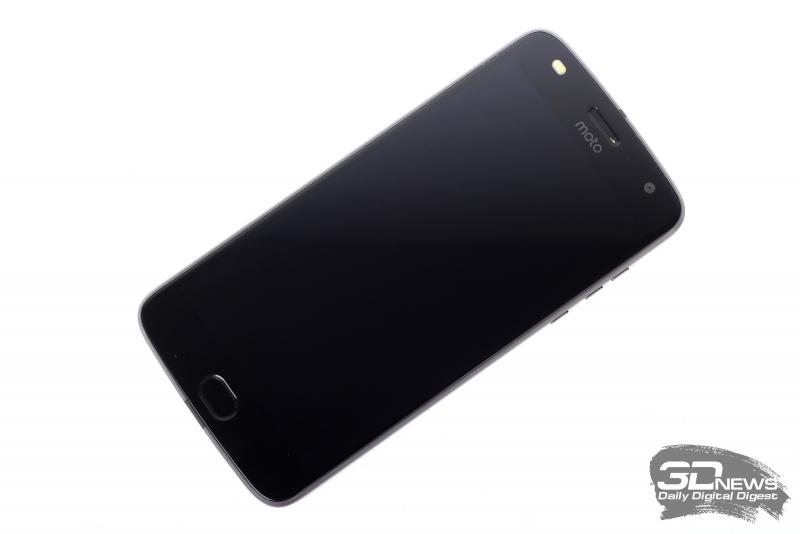 Moto Z2 Play, лицевая панель: над экраном – динамик (и разговорный, и основной – все в одном), индикатор состояния, камера и двойная светодиодная вспышка; под экраном – многофункциональная клавиша, совмещенная со сканером отпечатков