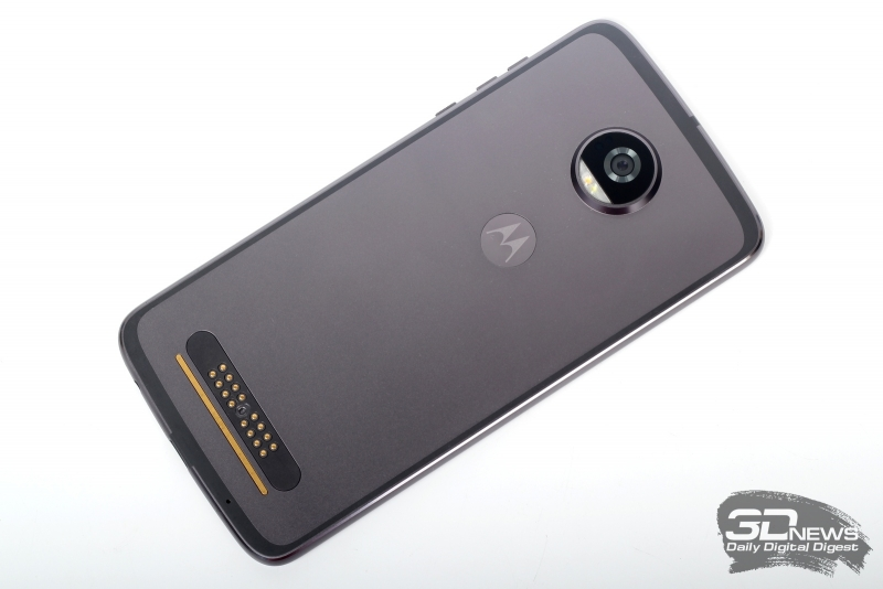 Moto Z2 Play, задняя панель: блок камеры с объективом и двойной вспышкой, внизу - микрофон