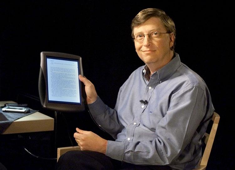 Бил Гейтс и планшет Microsoft образца 2000 года (Reuters)