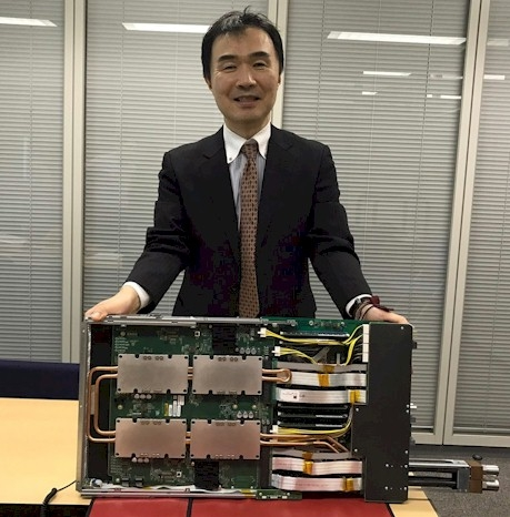 Сатоши Мацуока демонстрирует один из узлов Tsubame 3