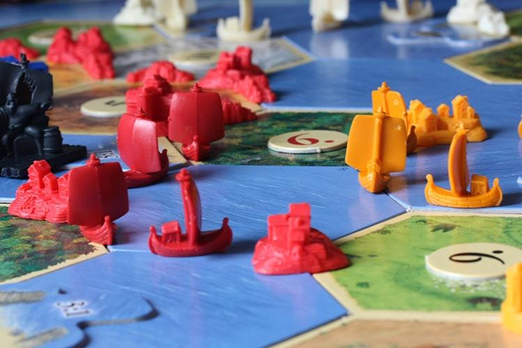 Карточки «Море» и фишки «Кораблей» в настольной игре