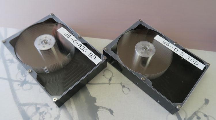 Слева макет HDD с пластинами толщиной 0,635 мм, справа с пласинами толщиной 0,5 мм (Hoya)