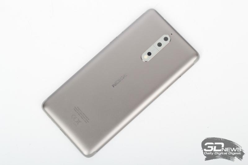 Nokia 8, тыльная панель: по центру сверху – слегка выступающий над корпусом блок с двумя камерами, двухдиодной вспышкой и лазерным помощником автофокуса; над этим блоком находится микрофон