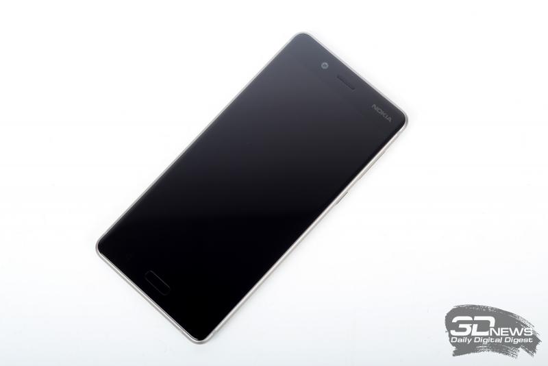 Nokia 8, лицевая панель: над экраном – разговорный динамик, датчик освещенности и фронтальная камера, под экраном – три навигационные клавиши, в центральную из них встроен сканер отпечатков пальцев