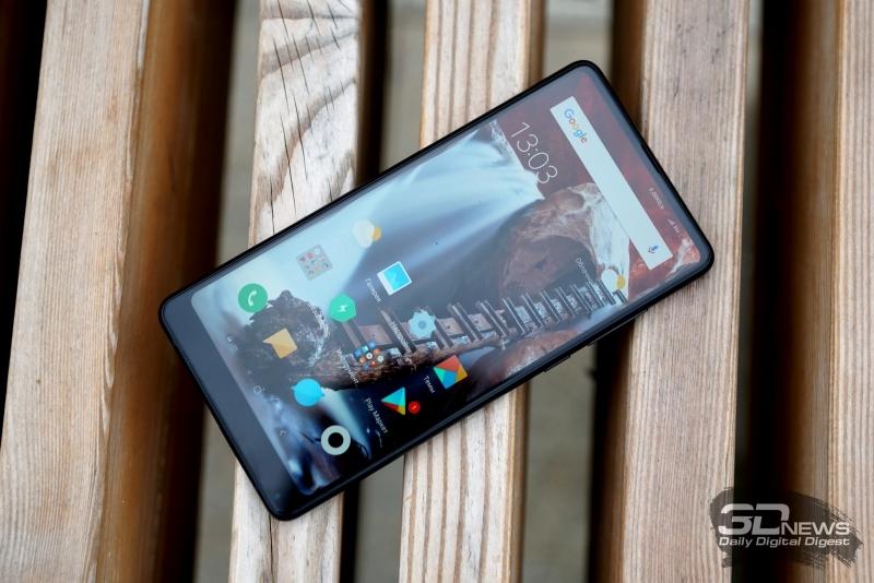 Xiaomi Mi MIX2, лицевая панель: под дисплеем – фронтальная камера и индикатор состояния, над дисплеем – разговорный динамик и ультразвуковой датчик приближения