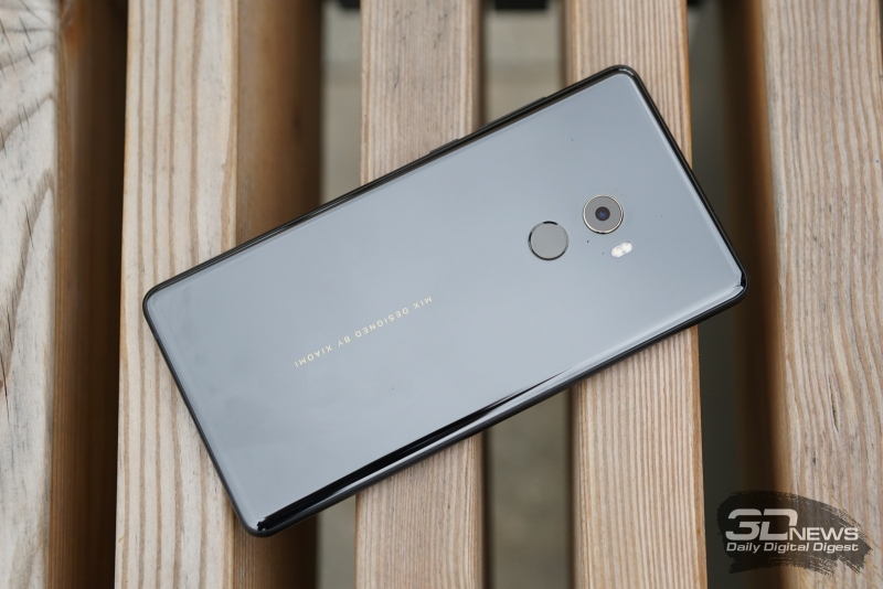 Xiaomi Mi MIX 2, тыльная панель: объектив камеры, вспышка и сканер отпечатков пальцев