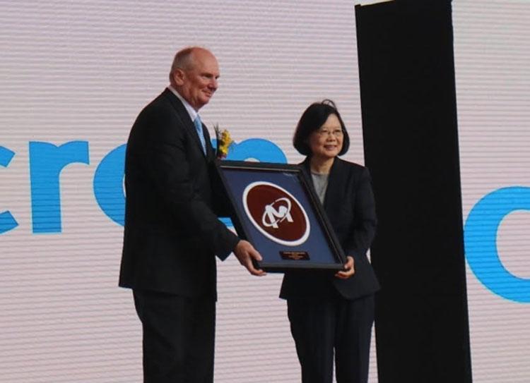 Micron готова дружить с Тайванем, но не с Китаем (директор Micron Марк Дуркан и Президент Тайваня Цай Инвэнь, фото Cheng Ting-Fang)