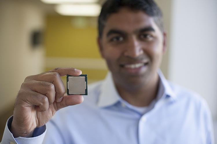 Глава подразделения настольных платформ Intel Ананд Сриватса (Anand Srivatsa) и процессор Coffee Lake-S