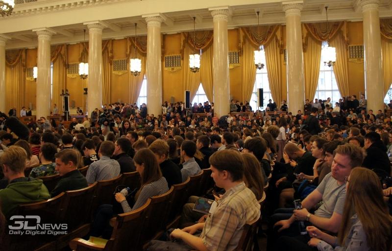 На лекцию пришло очень много людей. Главный зал был полностью забит, так что пришлось организовать трансляцию в ещё двух залах и на улице.
