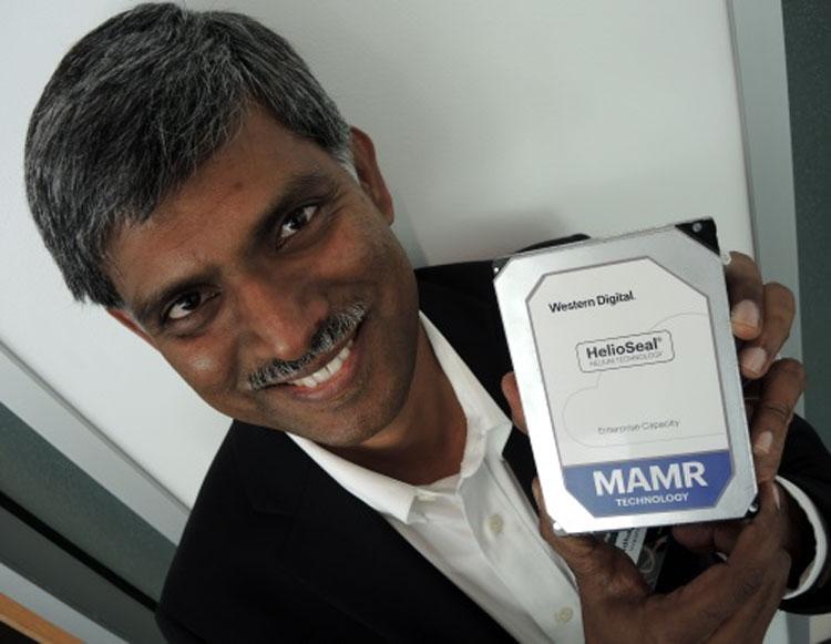 Шридхар Чатрадхи (Sridhar Chatradhi), диреткор технологической группы WD, демонстрирует диск с техноллогией MAMR (Фото EE Times)