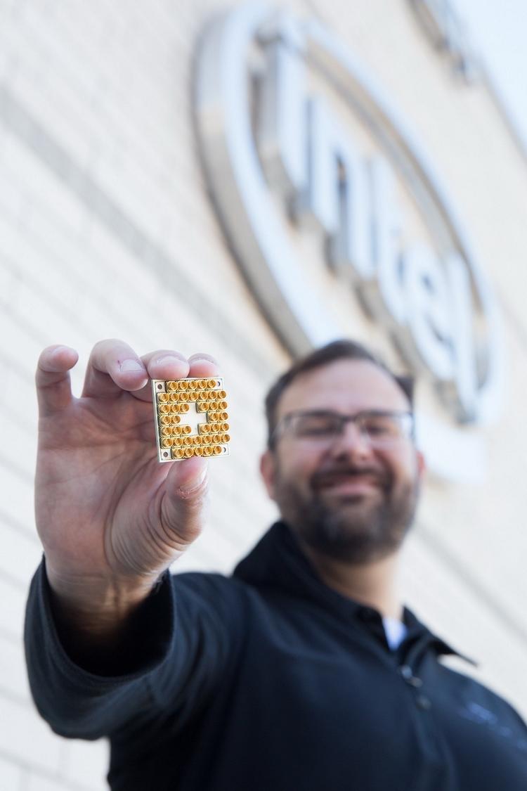 Джим Кларк (Jim Clarke), глава отдела квантовых вычислений Intel держит в руках образец чипа