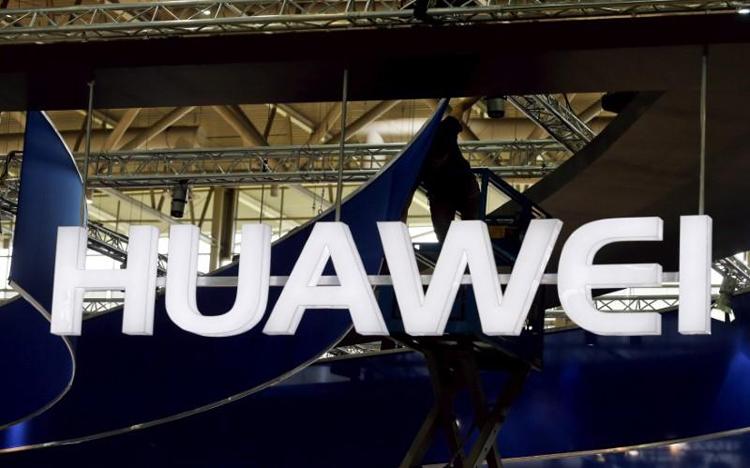 Huawei выпустит складной смартфон сгибким экраном