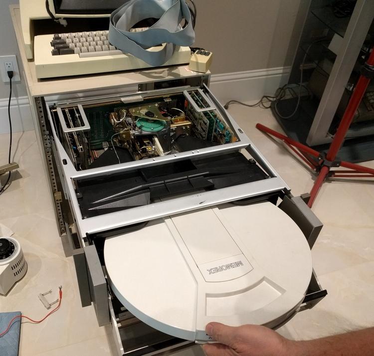 Дисковод и сменный картридж с жёстким диском внутри