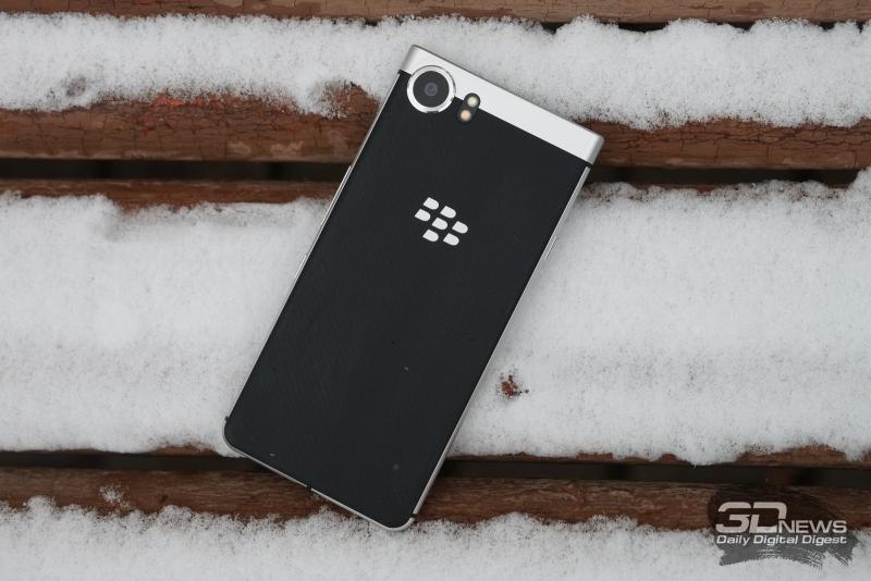 BlackBerry KEYone, задняя панель: в левом верхнем углу – объектив основной камеры и две светодиодные вспышки