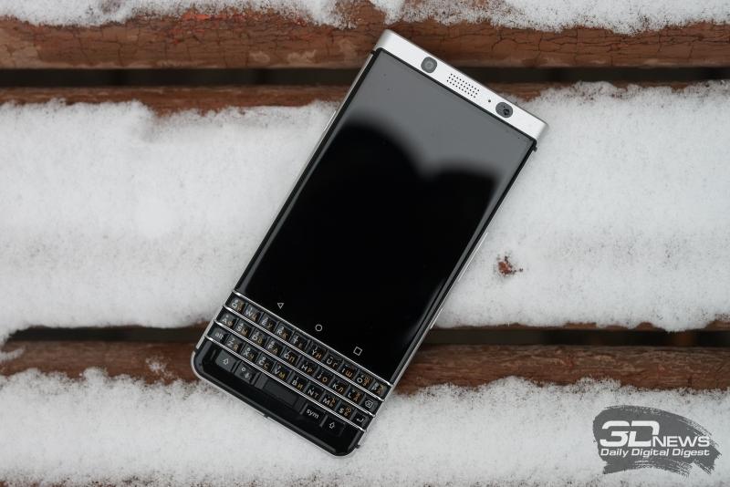 BlackBerry KEYone, лицевая панель: над экраном – разговорный динамик, фронтальная камера, индикатор состояния и датчик освещенности (да, такой вот большой); под экраном – три сенсорных навигационных клавиши Android и физическая QWERTY-клавиатура