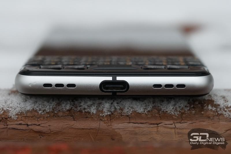 BlackBerry KEYone, нижняя грань: порт USB Type-C и две декоративные решетки, за правой из которых спрятан динамик