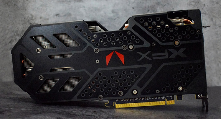 Сзади прикреплена пластина с логотипами AMD Vega и XFX